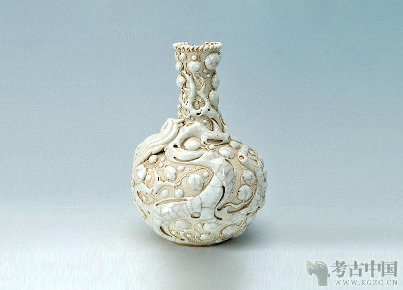 清代 · 白釉珠地雕兽天球瓶(青海省博物馆)