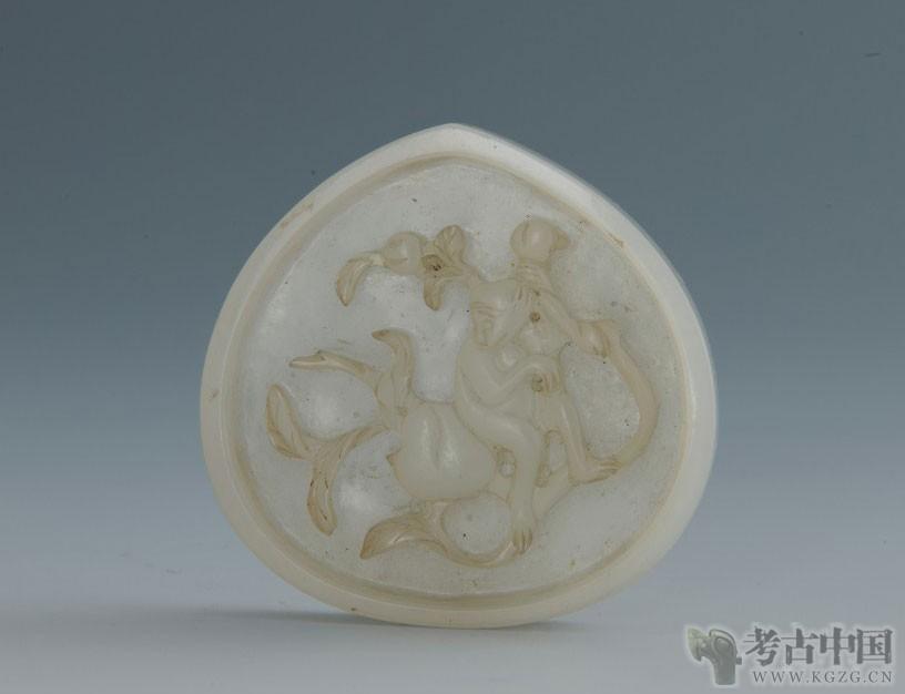 明代 · 浮雕猴子摘桃桃形玉带饰(重庆博物馆)